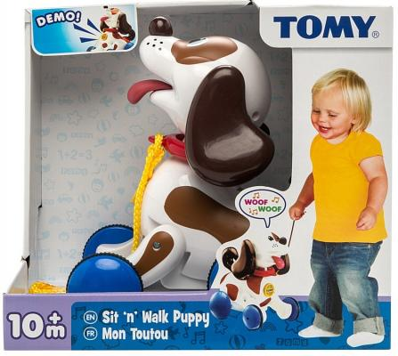 Каталка на шнурке Tomy Веселый щенок на прогулке разноцветный от 10 месяцев пластик 8887856918626 каталка детская tomy tomy каталка веселый щенок